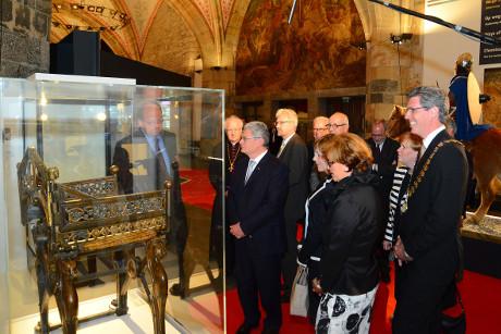 Selbst Bundespräsident Joachim Gauck lässt sich einen Besuch der Ausstellung nicht entgehen - hier bei der feierlichen Eröffnung 19. Juni 2014. © Stadt Aachen