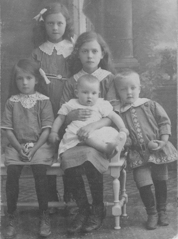 mamma-med-syskon-1913.jpg