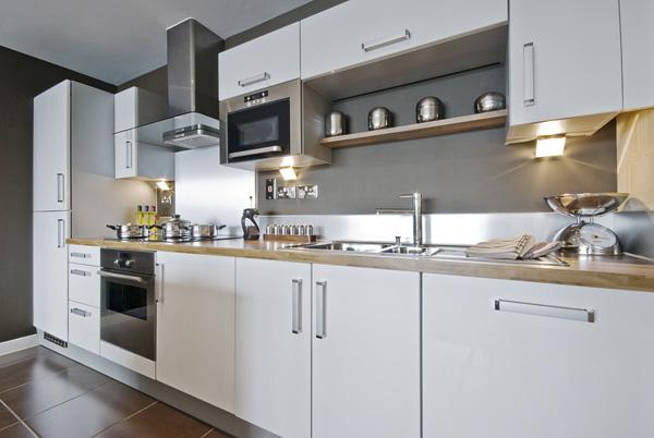 kök med inredning i grått, trä och vitt
