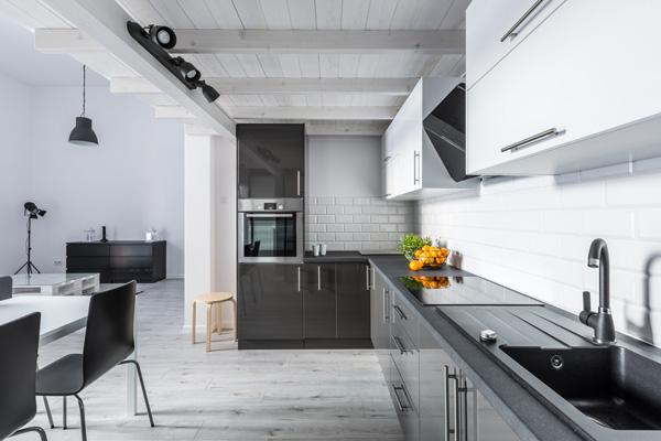 kök med gråa detaljer