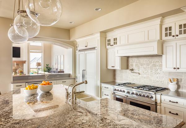 lyxigt kök med bänkskiva i marmor
