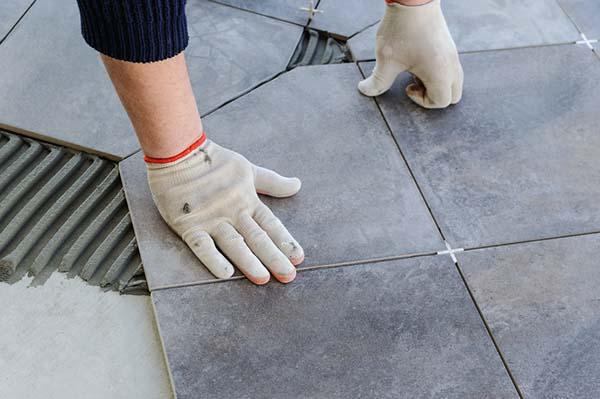 Person lägger golvplattor