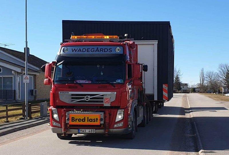 Vi hjälper kunder med container, transport och kranbil i Skövde, Lidköping och Skara.