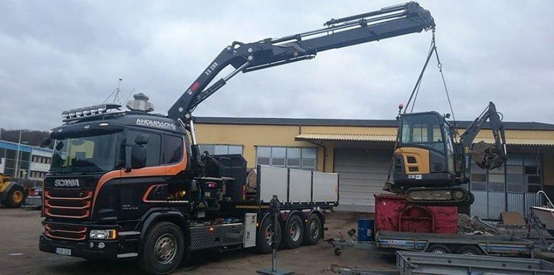 Vi kan lyfta små och stora maskiner med vår kranbil i Göteborg.