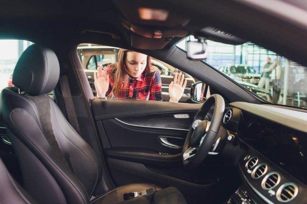 Kvinna utlåst från sin bil