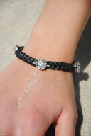 Armband svart m blingblommor1