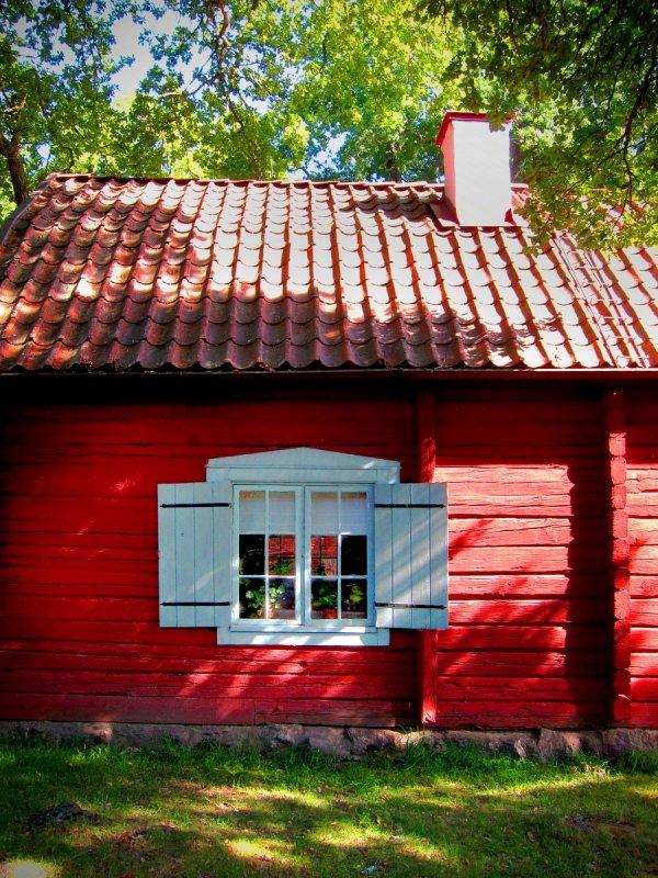 rött hus med vita fönster