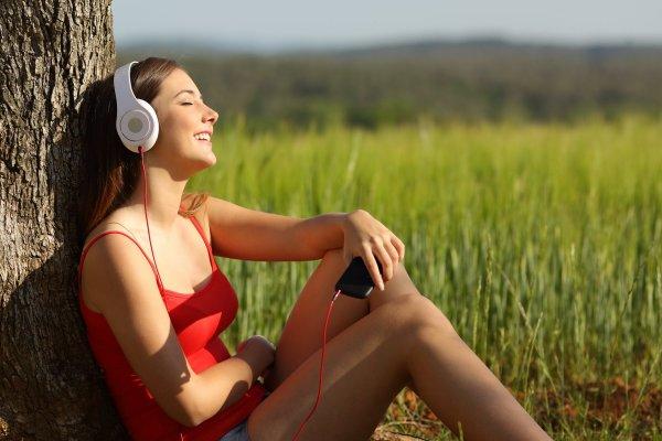 lyssnar på musik i mobilen