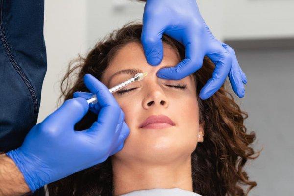 Kvinna får botoxbehandling i panna