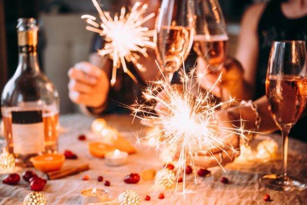 Fest vid bord med tomtebloss och bubbel