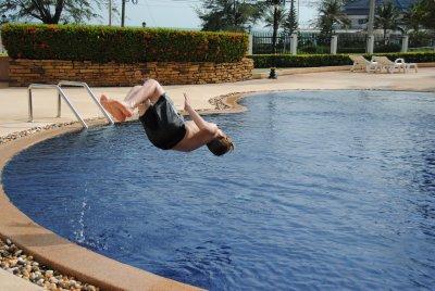 scott-hoppar-i-poolen.jpg