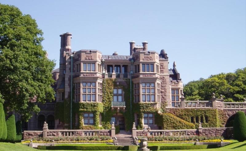 Tjolöholms slott i Kungsbacka kommun sägs vara en av Sveriges märkligaste byggnader.