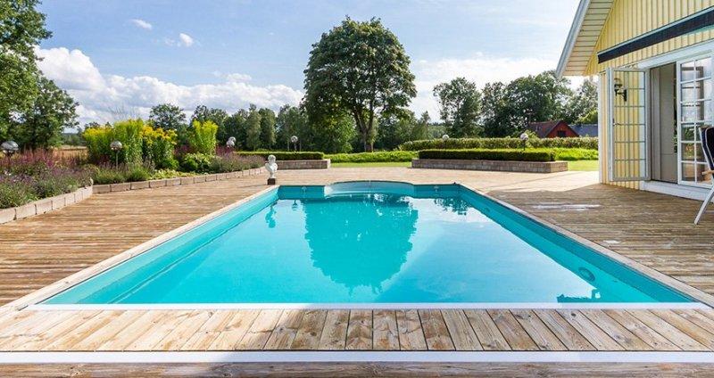 Letar du efter en bostad med pool? Våra mäklare i Halmstad hjälper dig hitta hem!