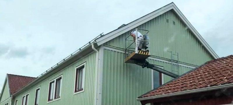 Målare i Norrköping som målar en grön fasad.