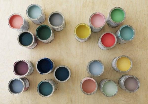färgburkar på bord