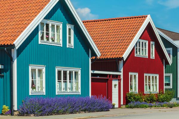 trähus med blå och röd fasadfärg