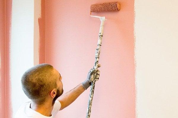 måalre målar rosa vägg