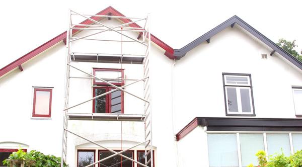 hus med vit fasad