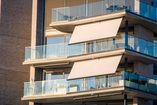 markiser på balkong i flerbostadshus