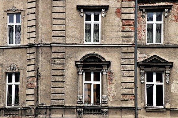 68649e26 Kolla in de här fönstrena! Visst är de snygga? De har en karaktär och man  kan nästan känna historiens vingslag när man står och tittar på dem.
