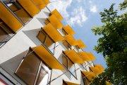 gula markiser på bostadshus