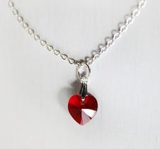 Halsband med rött Swarovskihjärta