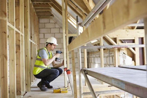 Byggare jobbar på husstomme