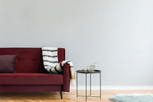 Röd soffa och svart soffbord på trägolv