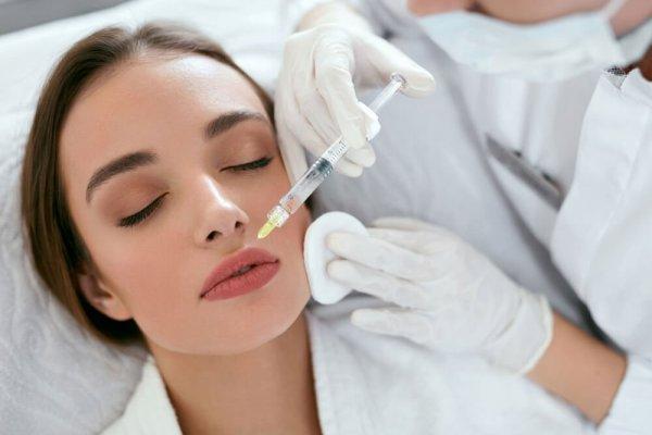 Kvinna får fillersinjektion i läppen