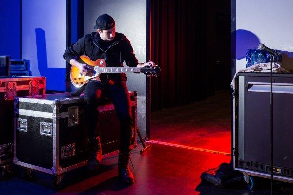 Spill gitar med plektrum