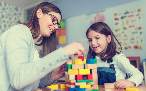 en nanny i Stockholm bygger Lego med en flicka