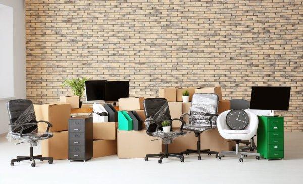 Kontorsinventarier redo för flytt
