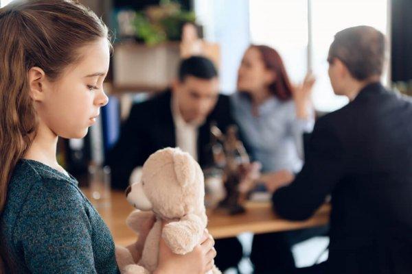 Flicka och gosedjur med familjen hos advokaten