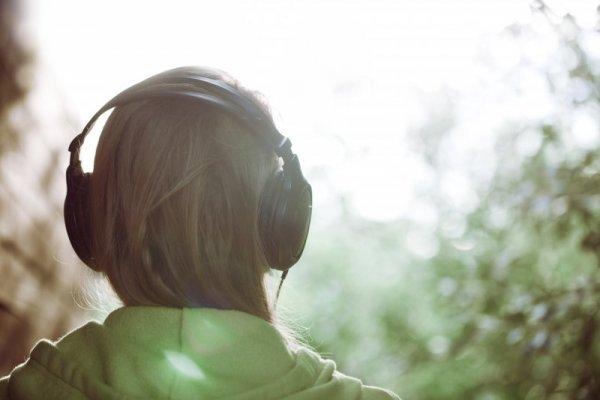 kille med hörlurar