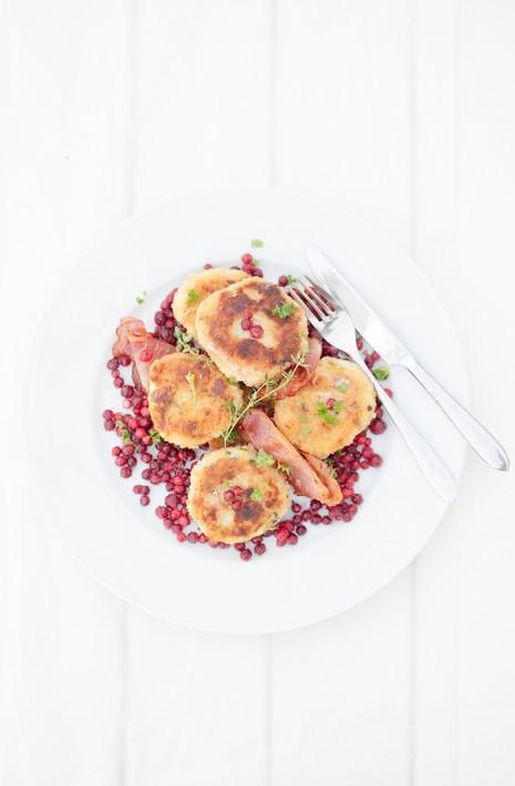 Potatisbullar med smak av timjan, bräckt kallrökt skinka och rårörda lingon från Värmland