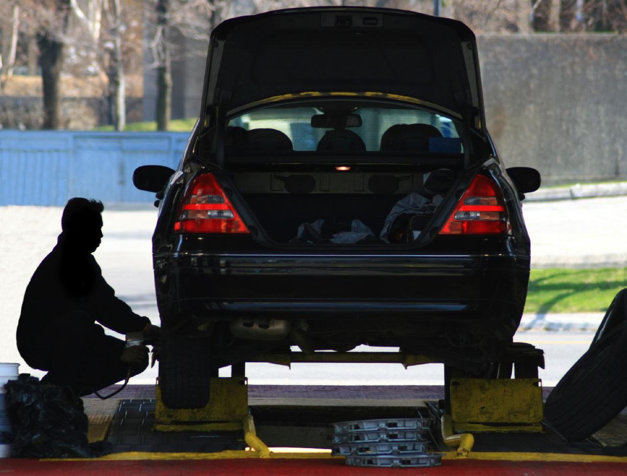Person som byter däck på en bil.