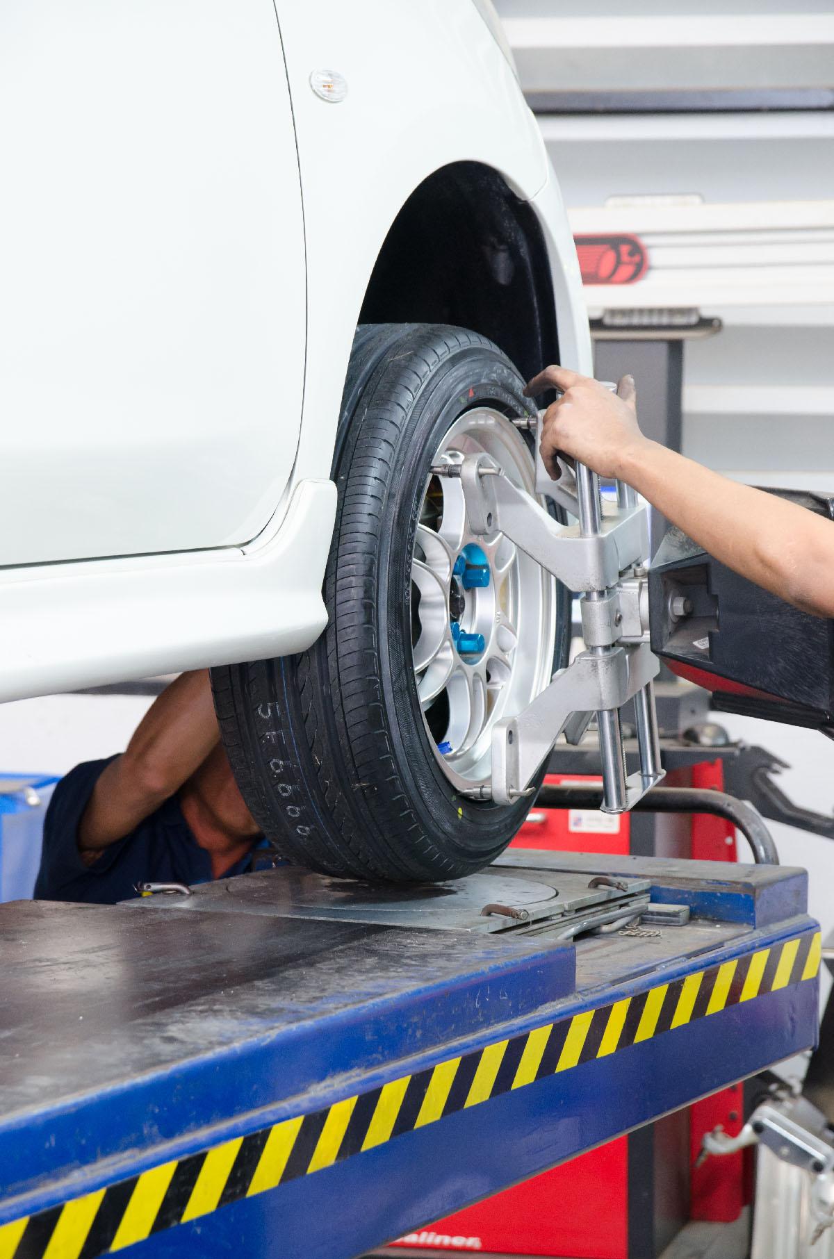 En bil som får sina däck hjulinställda