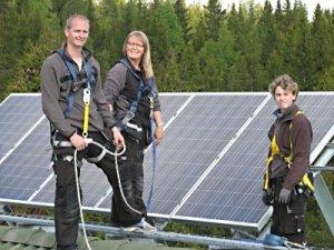 /gruppen-som-monterar-solpaneler.jpg