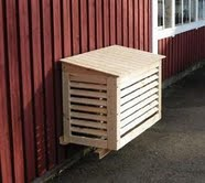 Grundmålat värmepumpsskydd i trä