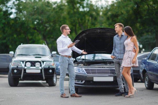 Par säljer bil till bilhandlare