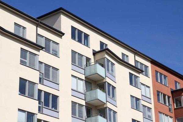 Vit och orange lägenhetsbyggnad under blå himmel
