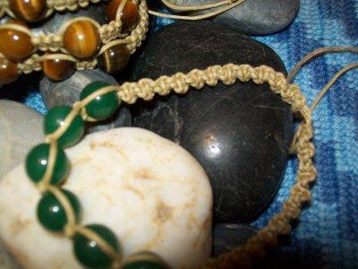"""Armbandet med jadepärlor är knutet i """"spiral"""""""