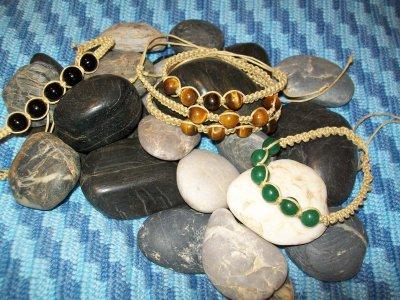 Vaxad bomull med svart pärla, tigeröga, och jade