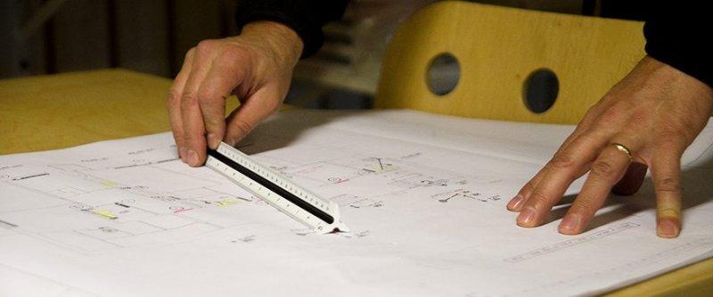 Händer på ritningar för relining i Norrbotten.