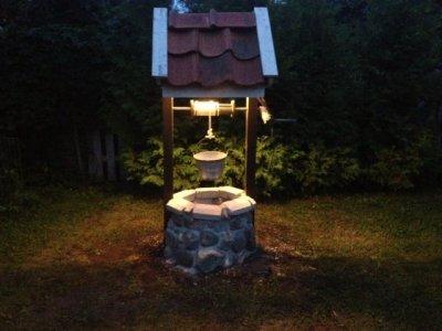 Önskebrunn med belysning med timer kvällstid
