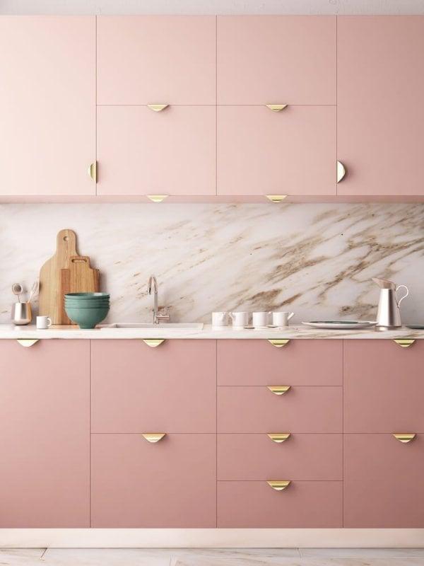 Kök med rosa köksluckor