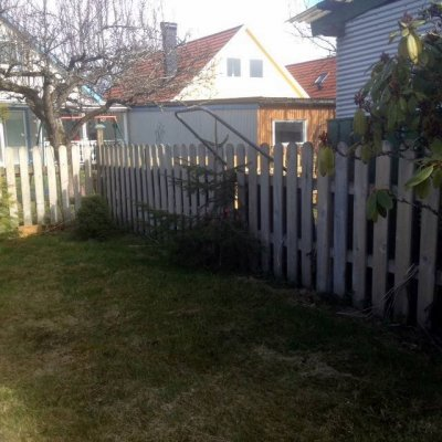 Vitoljat enhelt staket av tryckimpregnerat virke