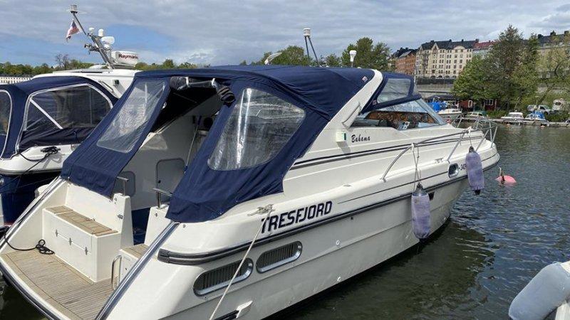 Man tar en tur på sjön efter att vi har hjälpt till att köpa och sälja båt i Nyköping.