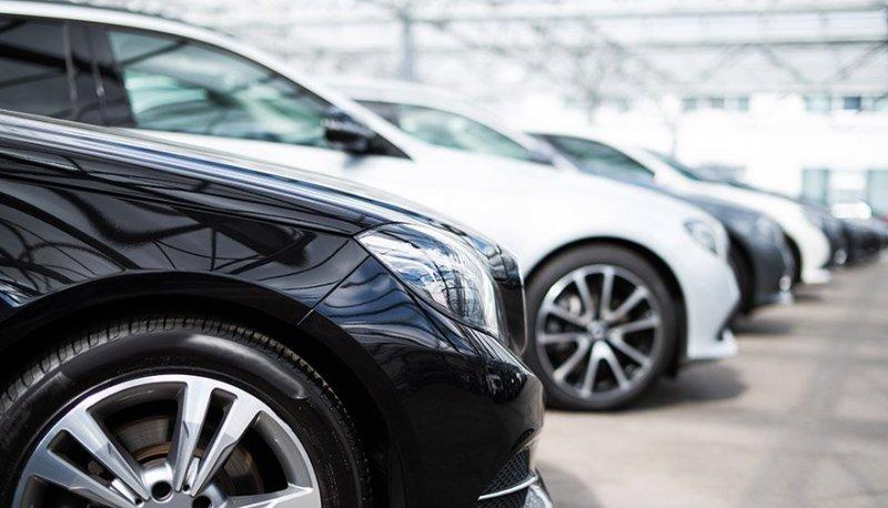 Som etablerad bilhandlare hjälper vi kunder som ska köpa och sälja bil i Borås.