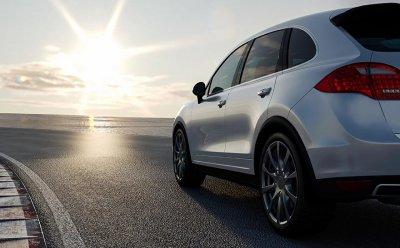 Sälj bil i Västra Götaland med oss. Vit silvrig bil på väg.